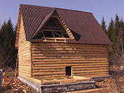 Сруб дома с поднятыми стенами и рублеными фронтонами